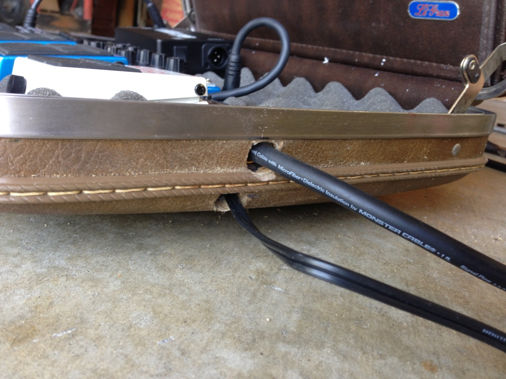 DIY Vintage Briefcase Guitar Effects Pedalboard (PART 2)  (3/6)